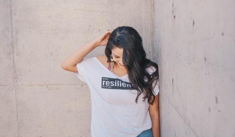 mulher a usar tshirt a dizer resiliencia