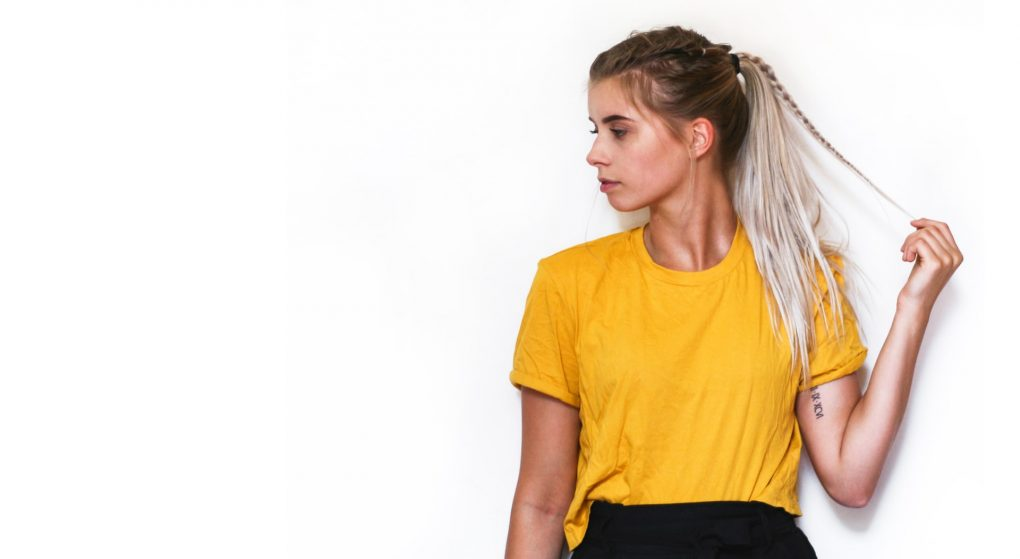 rapariga loira de tshirt amarela