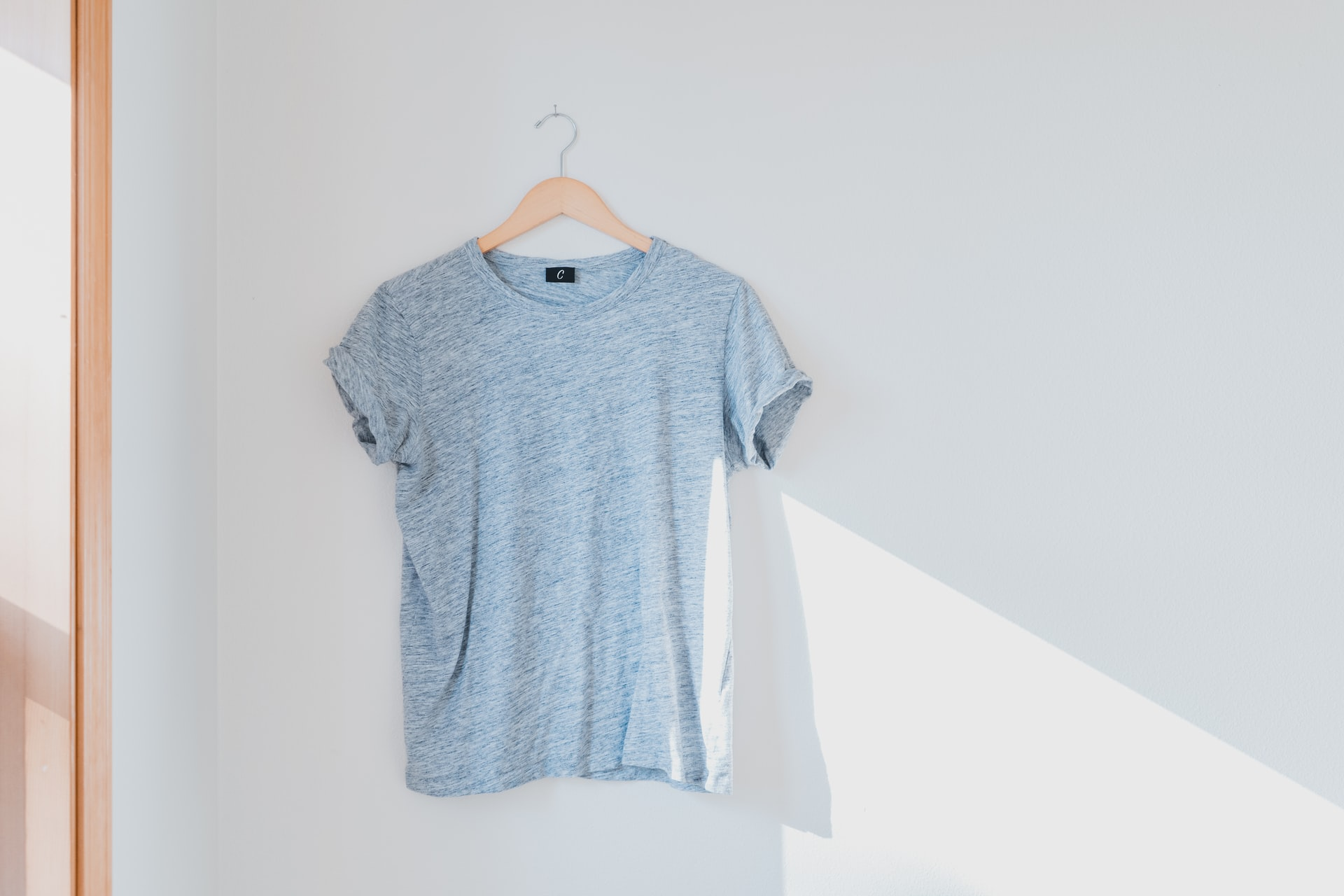 cabide com tshirt cinzenta pendurada