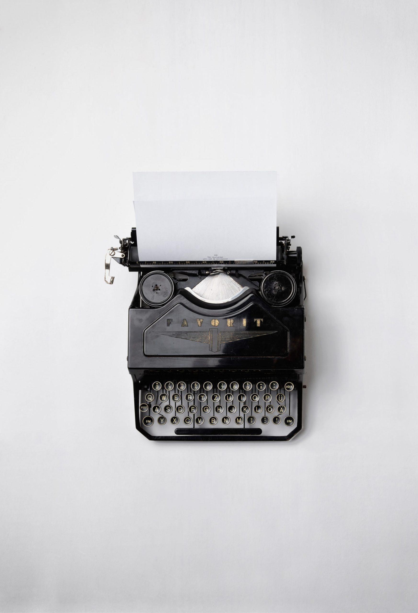 maquina de escrever antiga e preta