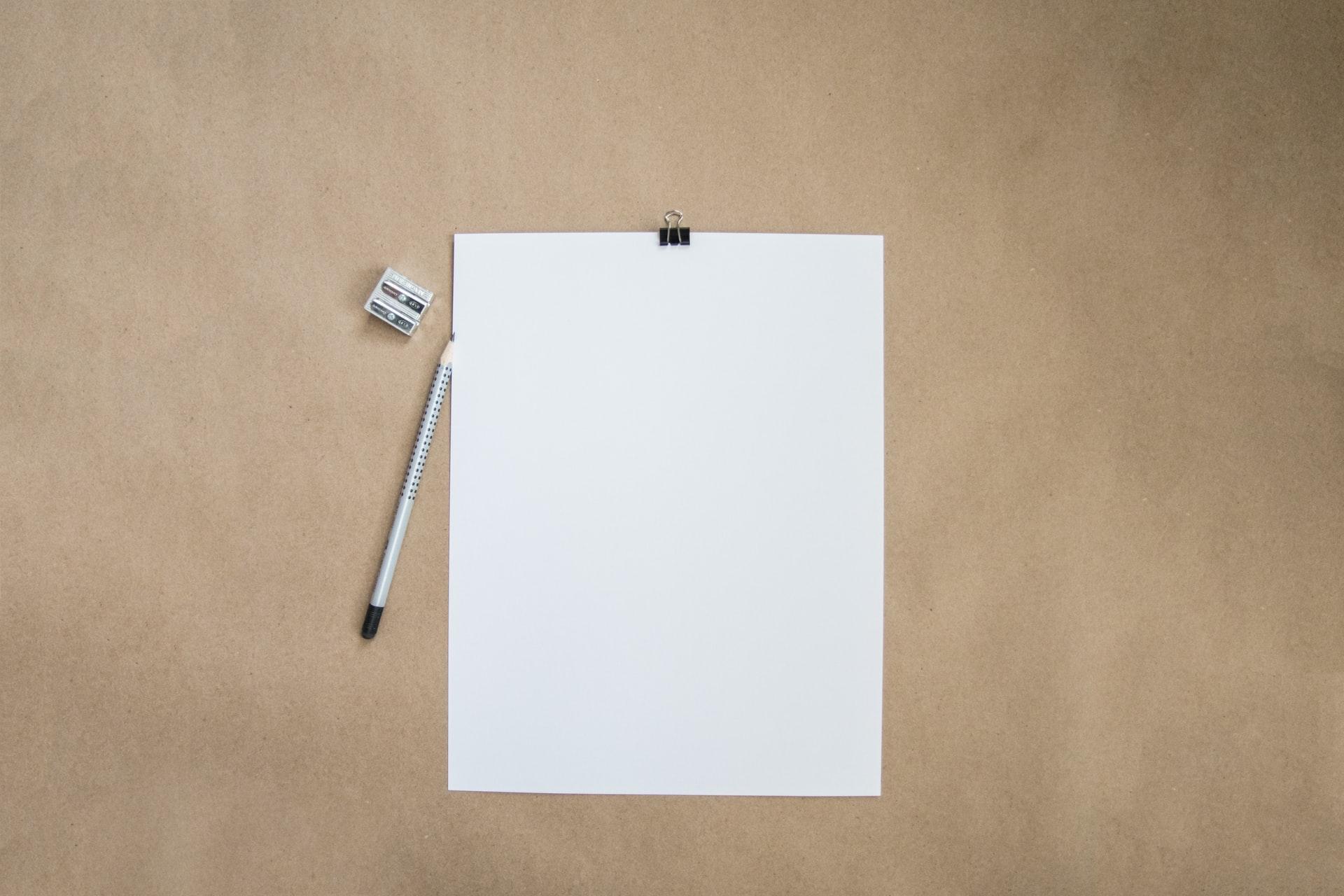 folha de papel em branco sobre a mesa