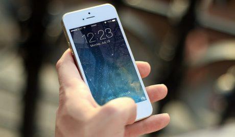 iphone ligado na mao de uma pessoa