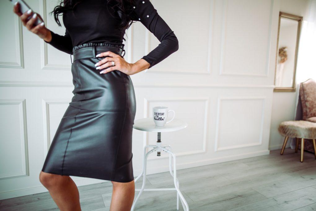 mulher empresária de saia de cabedal preta