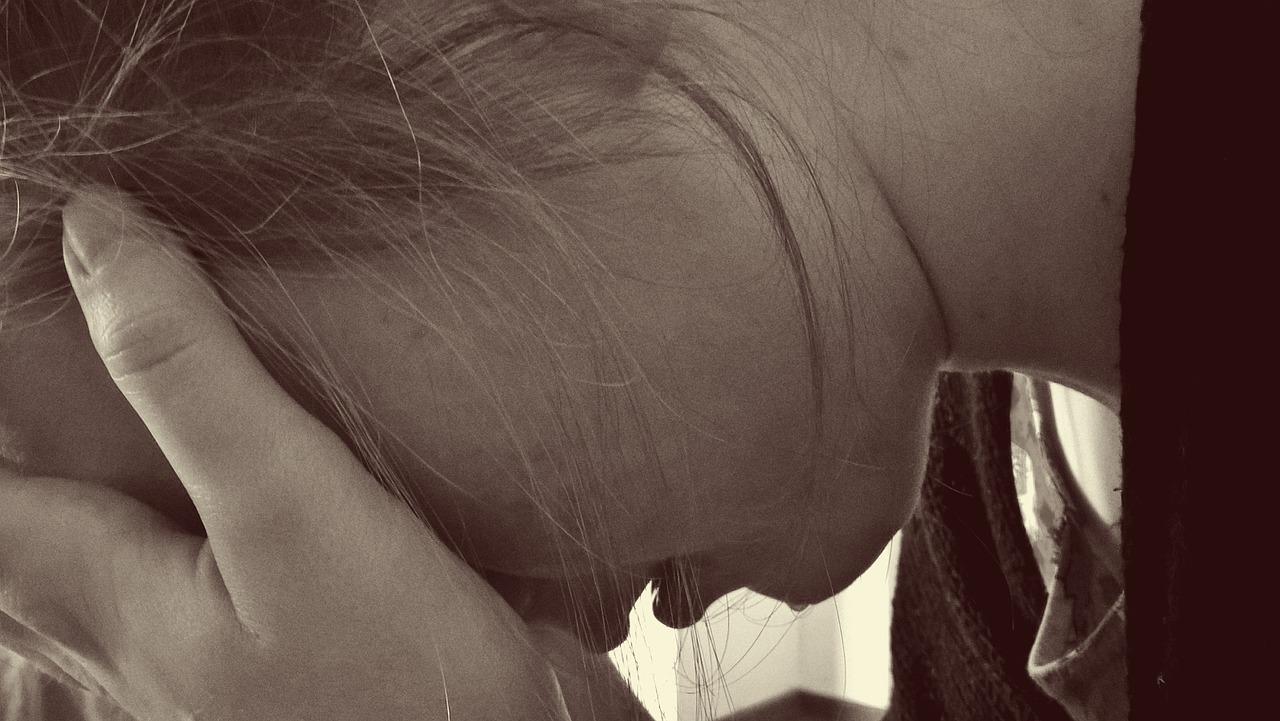 A semana mais stressante da minha vida Não entendi porque estava a passar por tanto cansaço ou stress Parecia que nunca havia tempo Era logo a hora de almoço e depois já eram 18h e eu estava nem perto nem longe de fazer o que queria Não sabia porque tinha toda uma pressão em cima de mim que não queria ter e sentia me frustrada com o cansaço os problemas o stress Mas só na sexta feira por volta das 20h depois de sair mais uma vez tarde do trabalho e em conversa e que percebi porque tinha de viver esta semana assim Tive de aprender a desligar do trabalho a não levar os e-mails e as preocupações para a minha vida Tive de aprender a cuidar de mim e do meu trabalho. Que mesmo trabalhando numa equipa devo cuidar dos meus assuntos e prioridades Tive de aprender que por mais que as pessoas tenham as suas preocupações eu não posso nem devo cuidar delas Que cada um de nós tem objetivos pensamentos e preocupações distintas e que reagimos de maneiras diferentes as coisas Tive de aprender a pensar estrategicamente a organizar o meu tempo, a ter ritmo no trabalho, a estar completamente imersa nas minhas funções e maneiras de resolver problemas Tive de aprender a deixar ir. A desligar me. A não fazer com q levem o melhor de mim. Toda esta aprendizagem foi dura e passou em 5 dias. Possivelmente vou ter semanas também stressantes mas não devem ser tão esgotastes como está, porque vou estar mais bem preparada