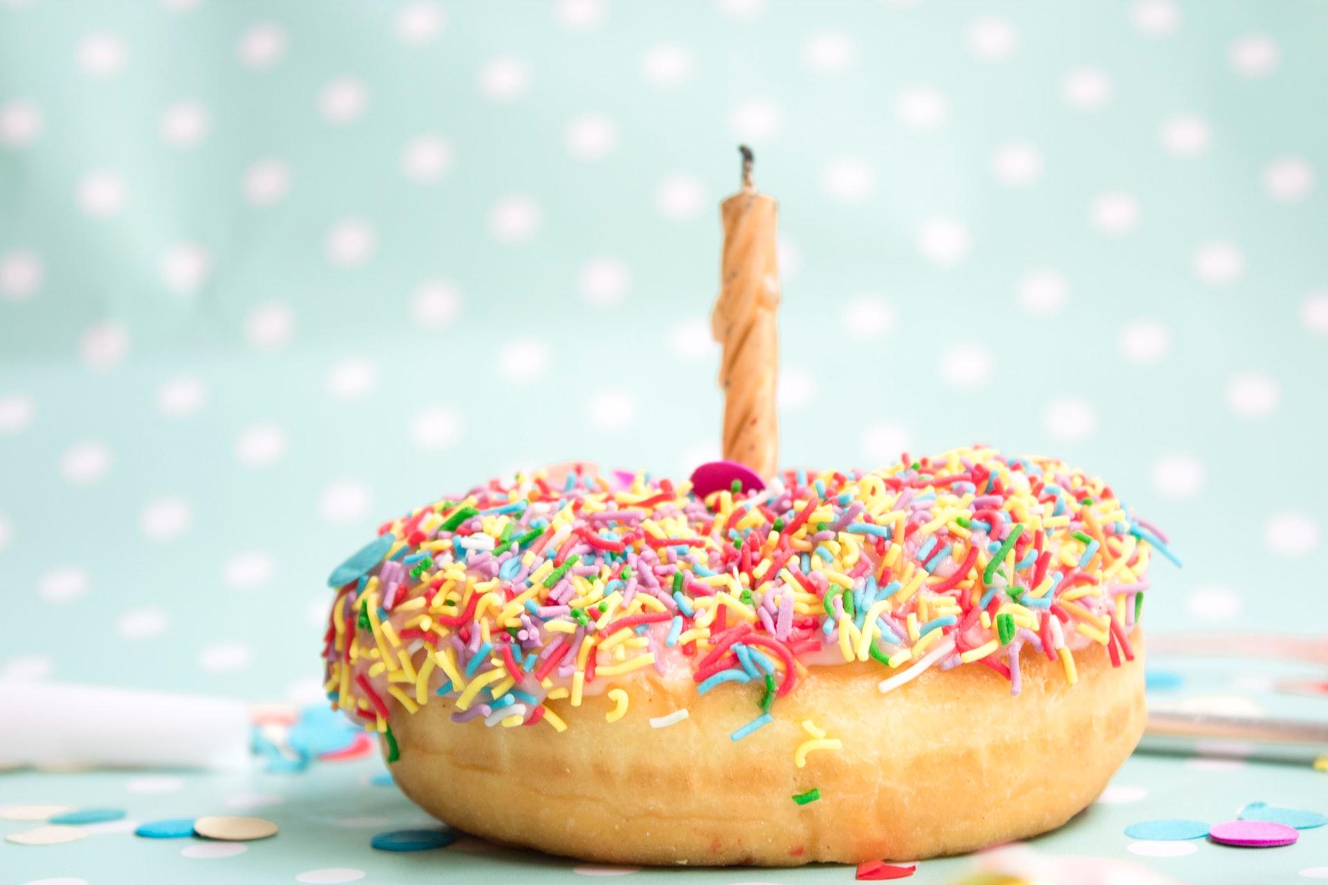 donut com uma vela de aniversário