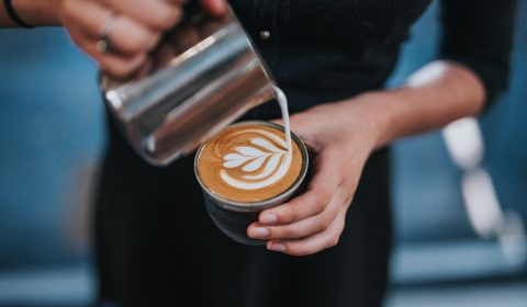 barista a fazer um cafe
