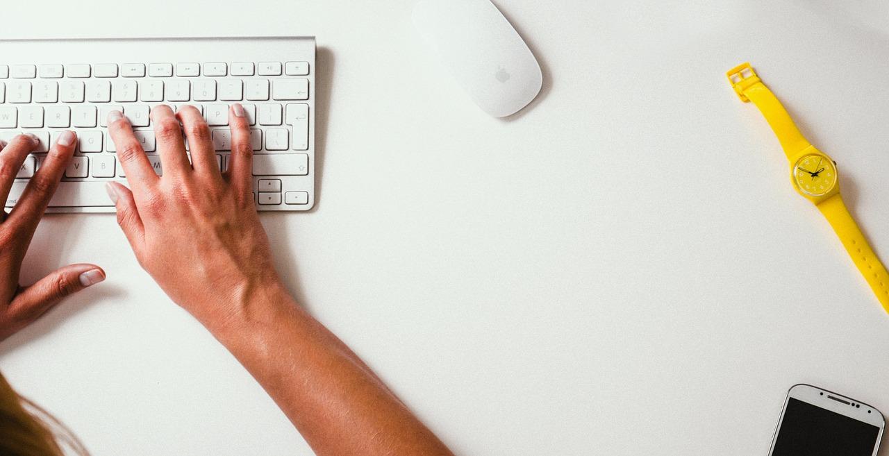 pessoa a escrever no teclado do computador
