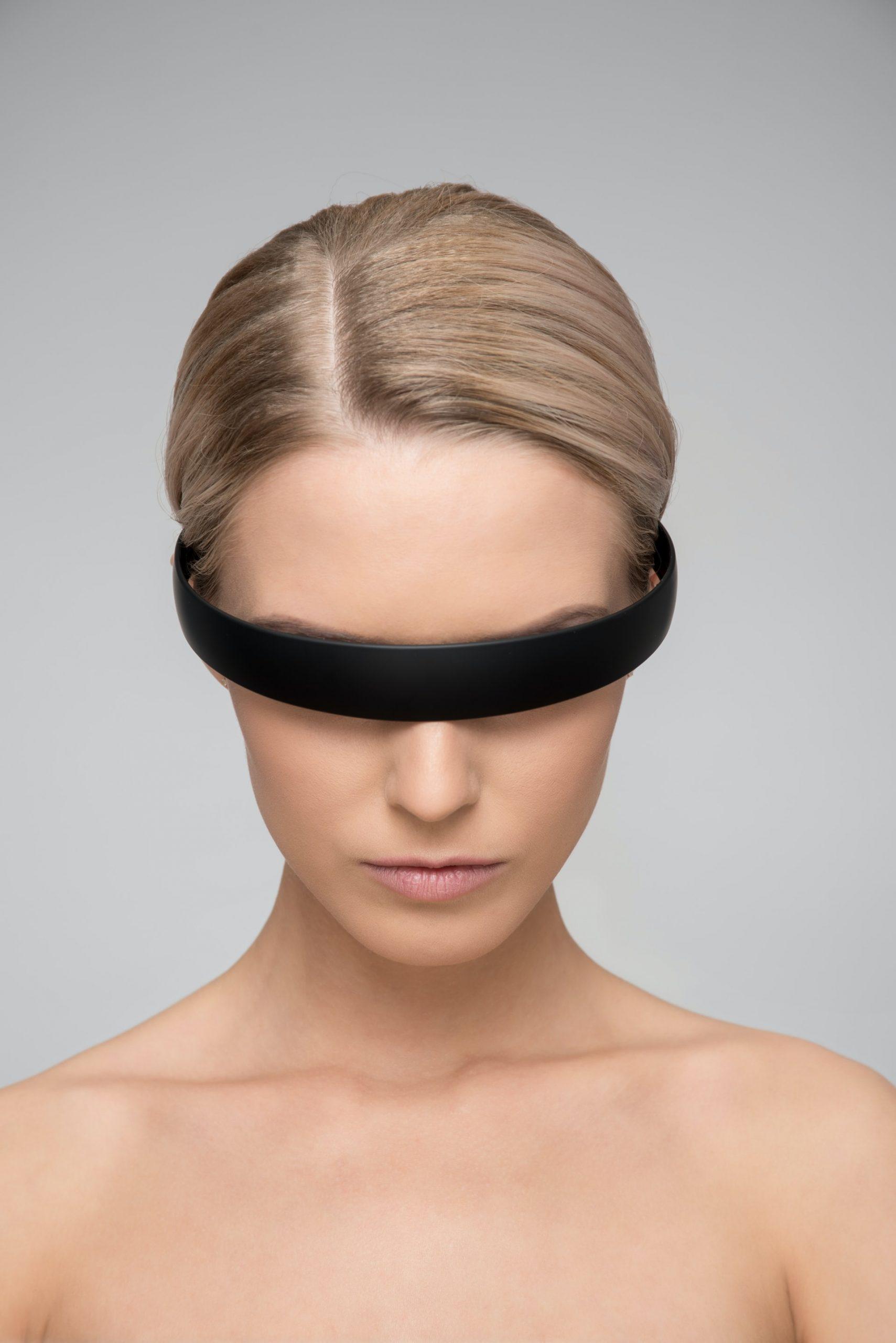 rapariga loira com os olhos vedados