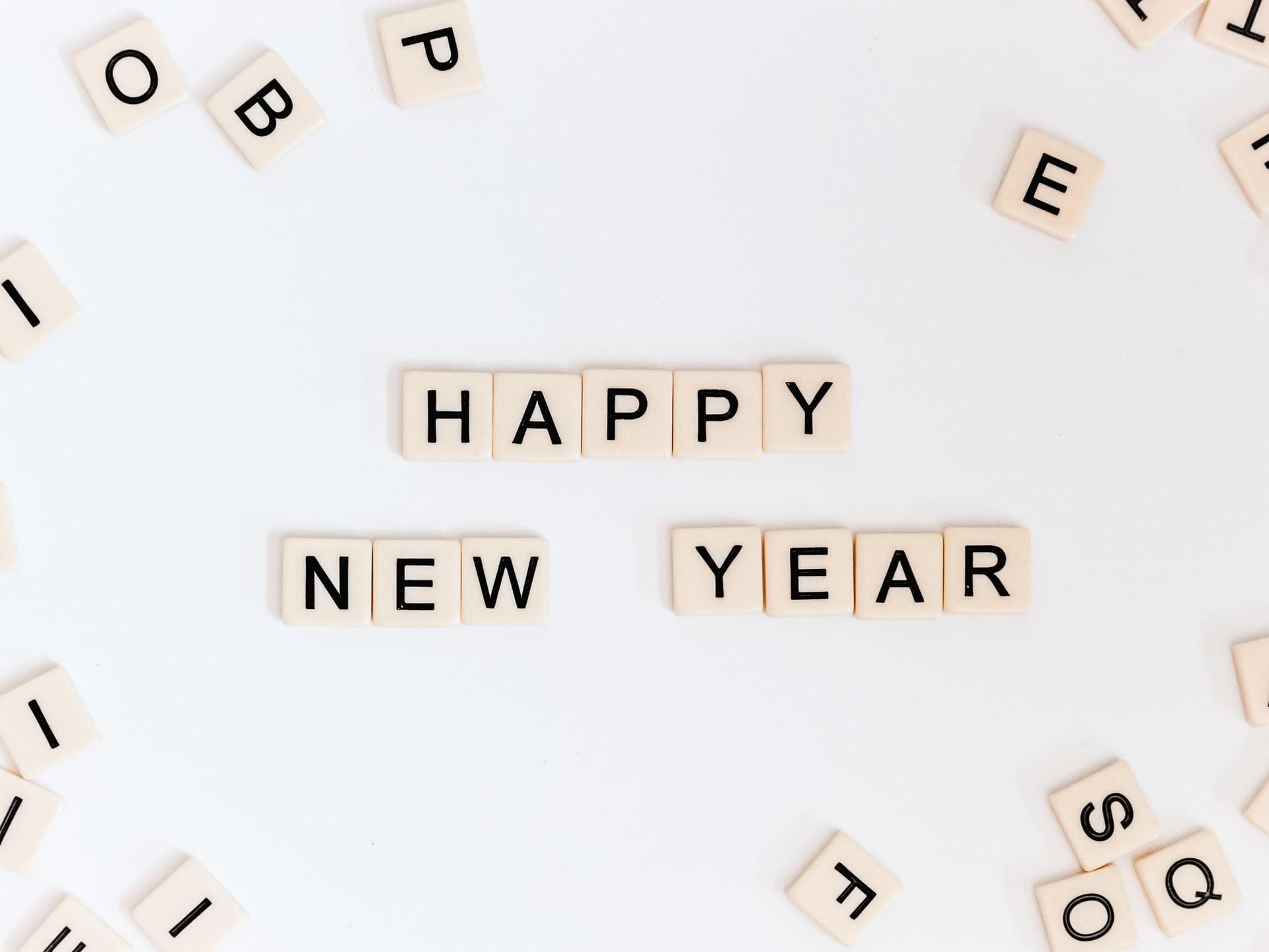 happy new year em cubos de madeira