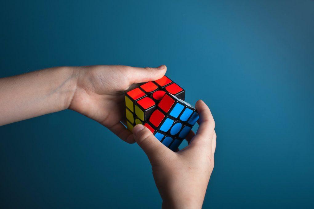 pessoa a fazer o cubo mágio