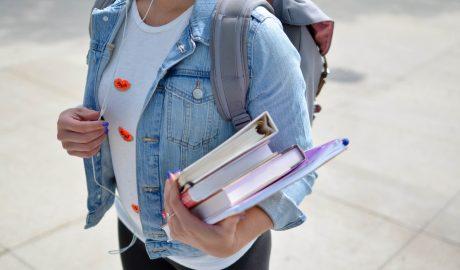 rapariga estudante da universidade com livros