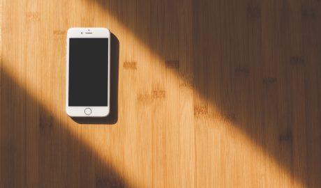 iphone em cima de uma mesa de madeira