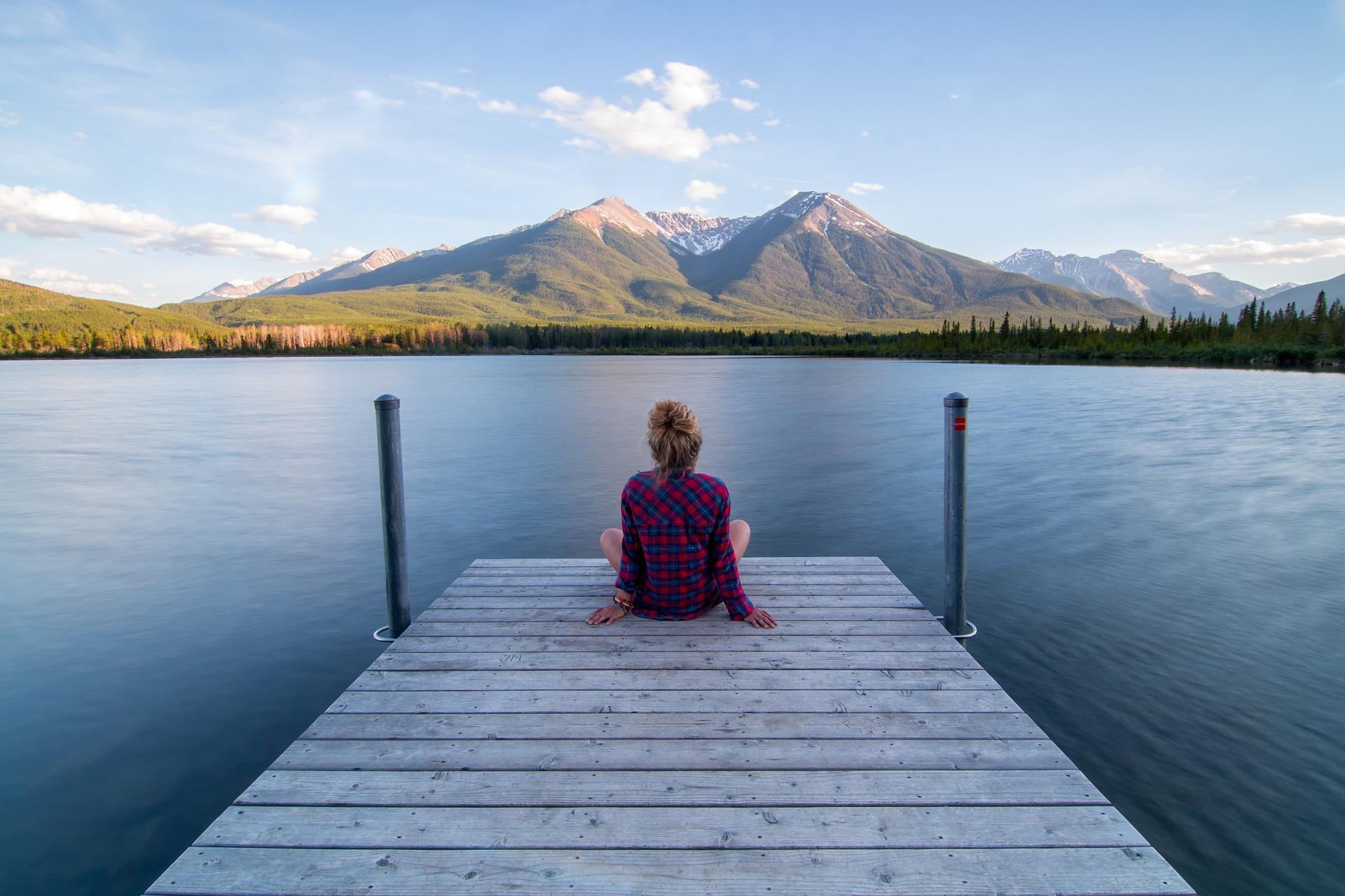 rapariga loira sentada no pontão