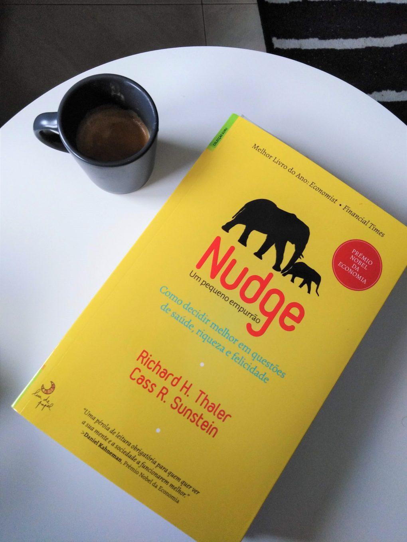livro nudge com cafe ao lado