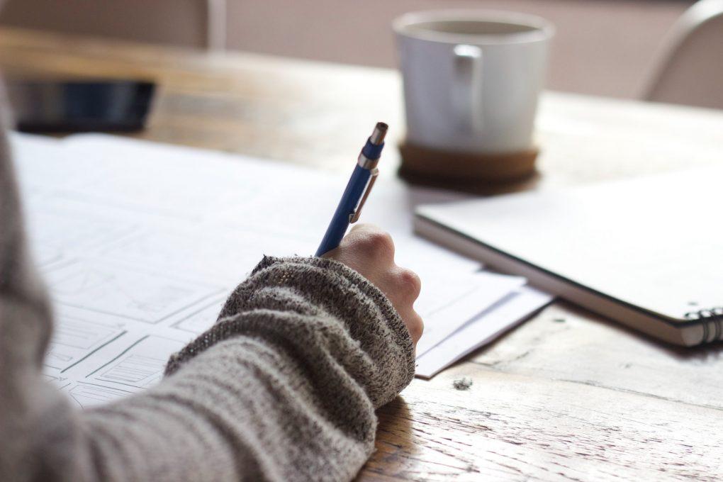 rapariga a escrever com uma lapiseira