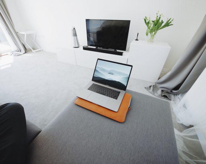 computador em cima do sofá