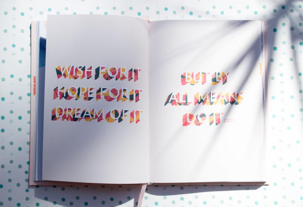 livro aberto com mensagem colorida em inglês