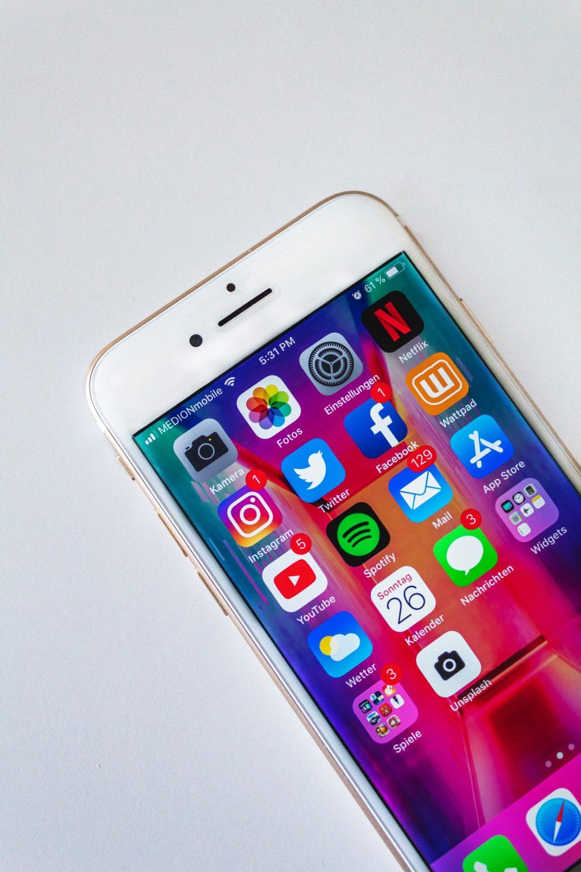 telemóvel com várias aplicações de redes sociais
