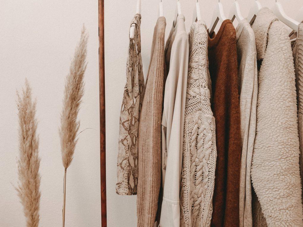 roupa  de tons castanhos pendurada no cabide