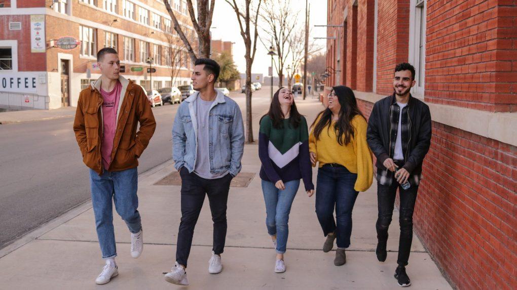 estudantes de universidade a passear na rua