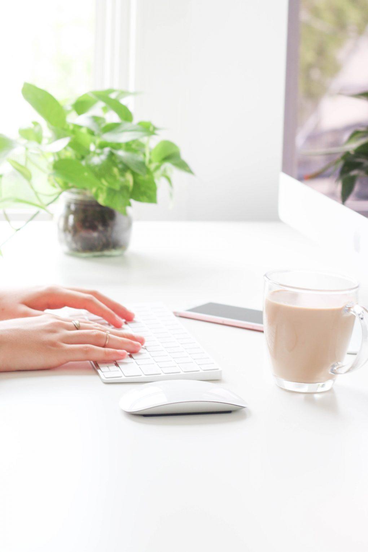 rapariga com aneis a pousar as mãos em cima do teclado de um mac