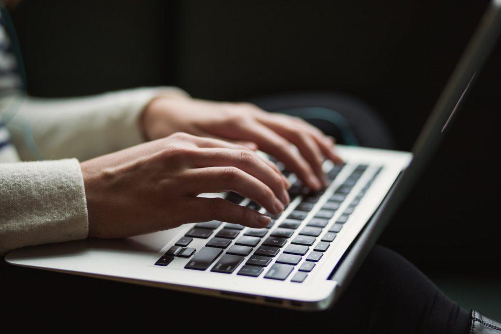 rapariga a escrever no computador