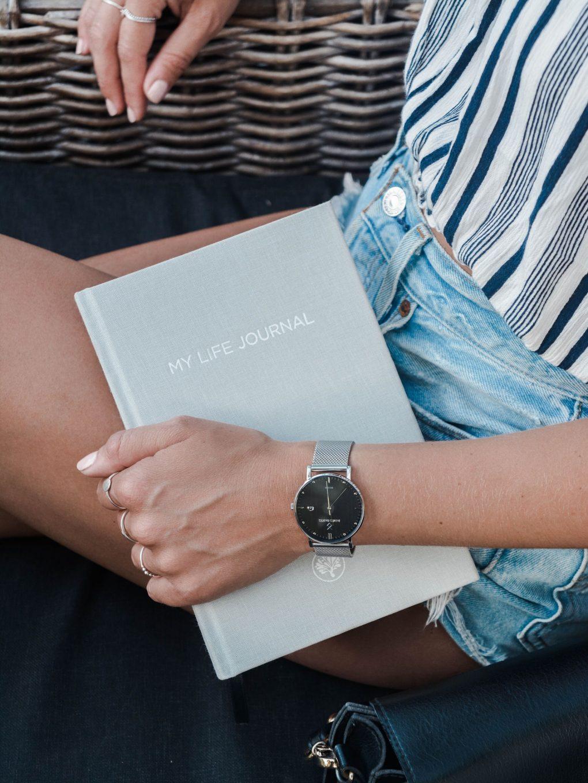 rapariga a segurar um livro que diz my life journal
