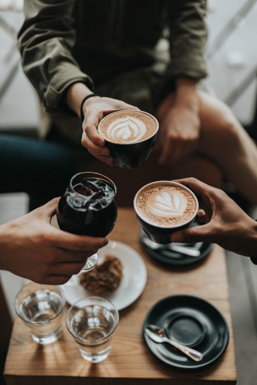 tres amigos a beber café