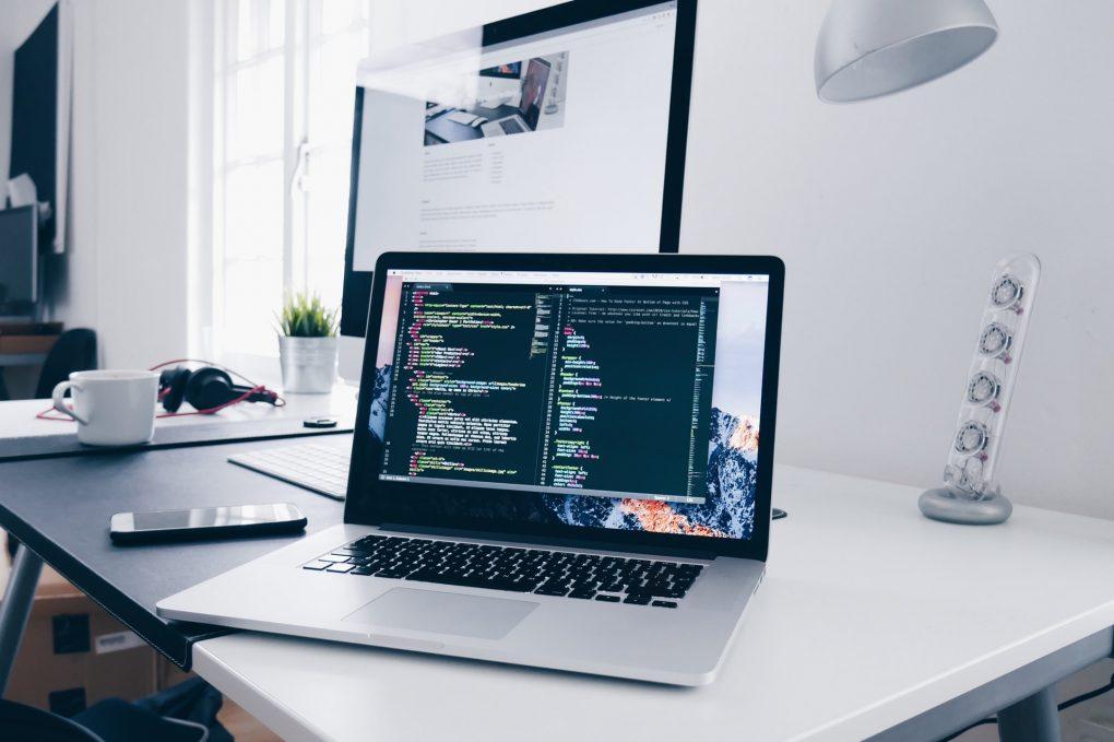 fazer um website dois computadores a mostrar código html e css