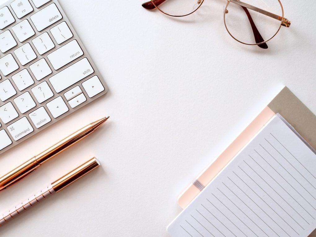teclado de computador branco e óculos