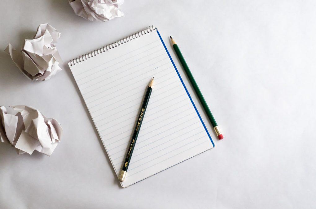papel e caneta para escrever uma ideia