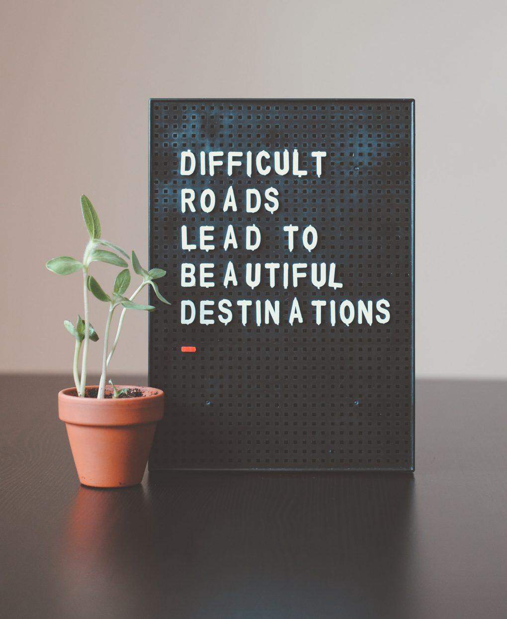 imagem de uma frase sobre difficult roads e growth mindset
