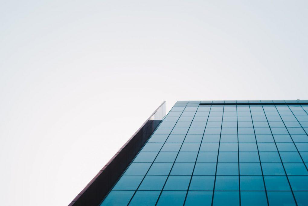 prédio de escritórios de vidro que vai mudar com a covid-19