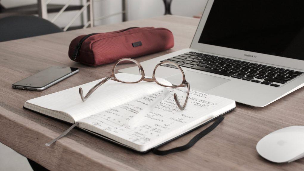 medias no ensino superior óculos caderno e computador