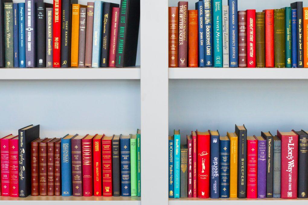 estante de livros de desenvolvimento pessoal com titulos em ingles