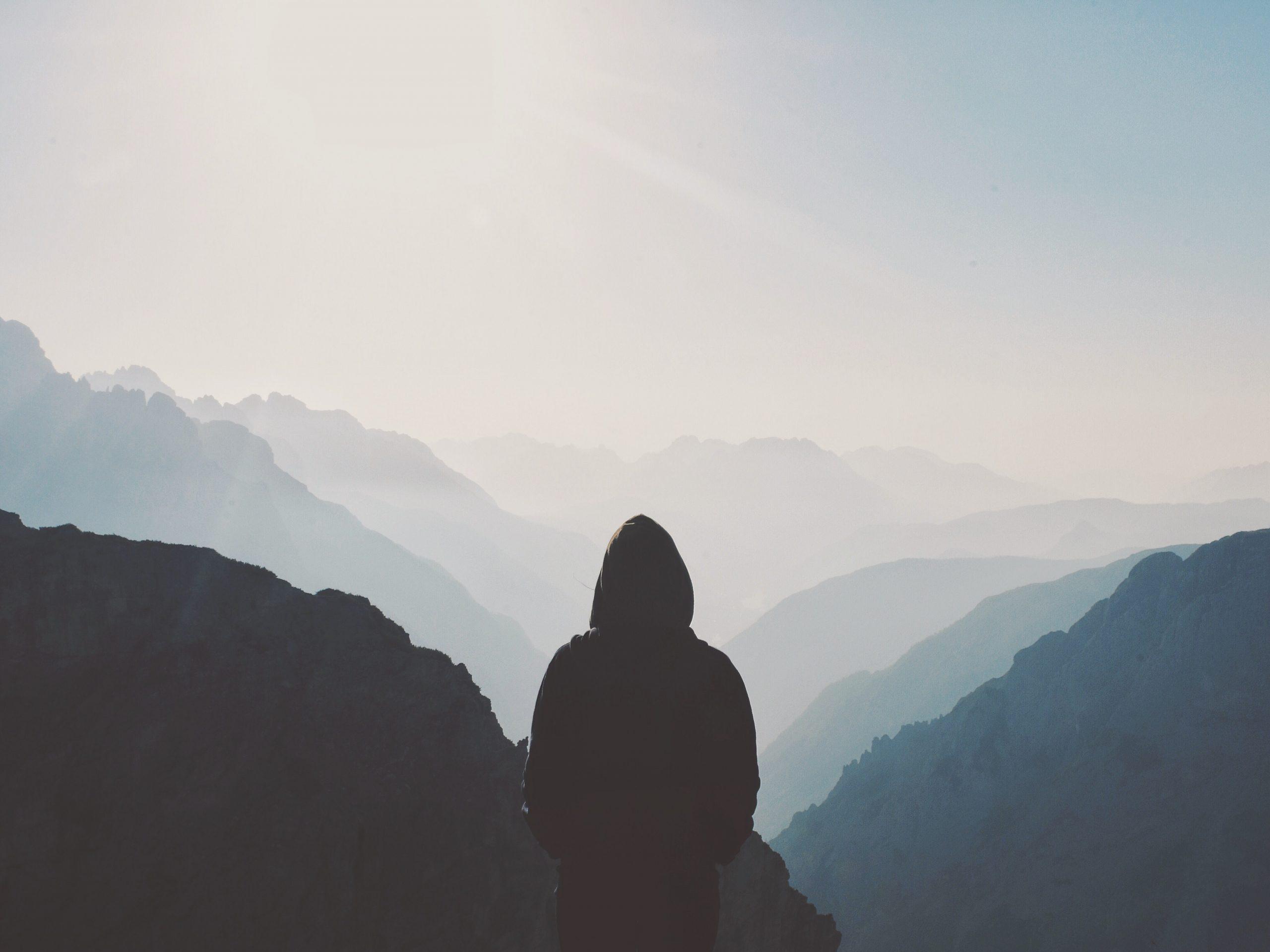 homem a olhar para o horizonte