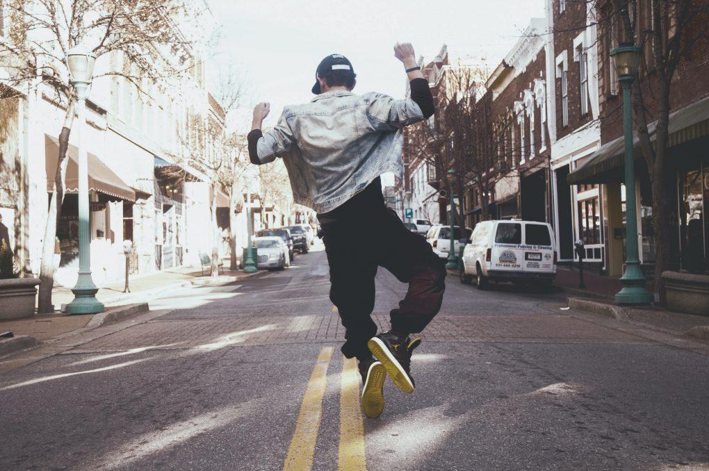 adaptabilidade homem a saltar na rua