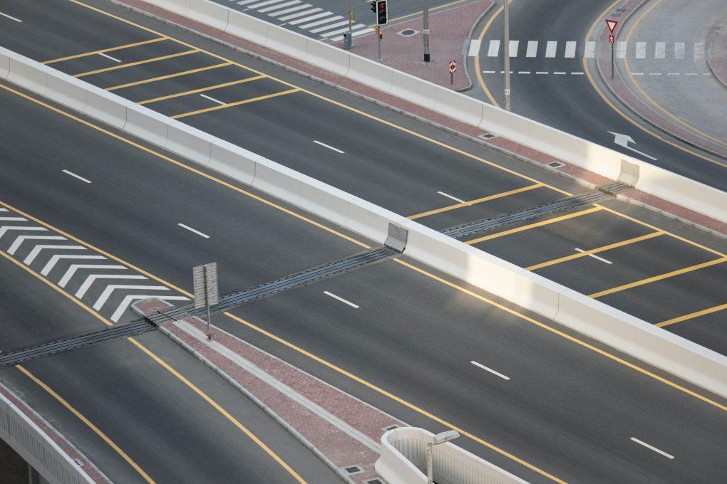 reflexos 2020 estrada de alcatrao vazia
