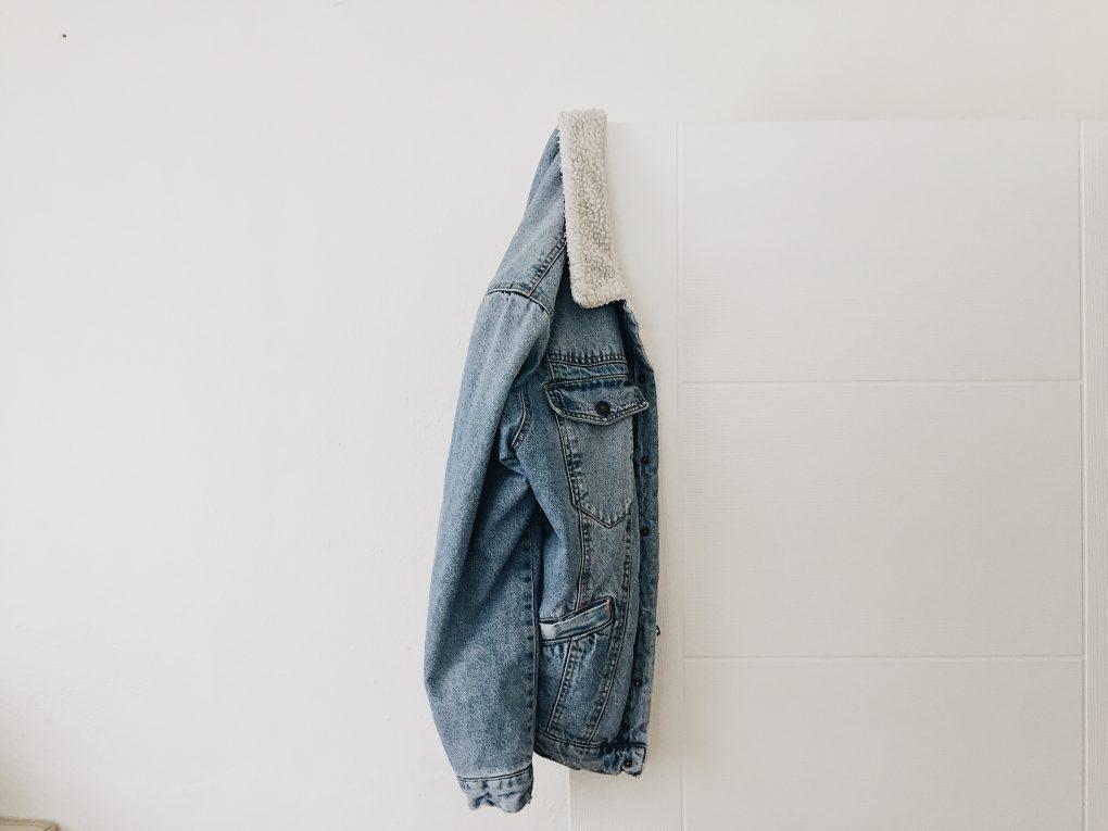 comprar roupa online casaco de ganga pendurado na parede