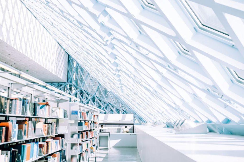frequencia de publicacao foto de uma livraria branca