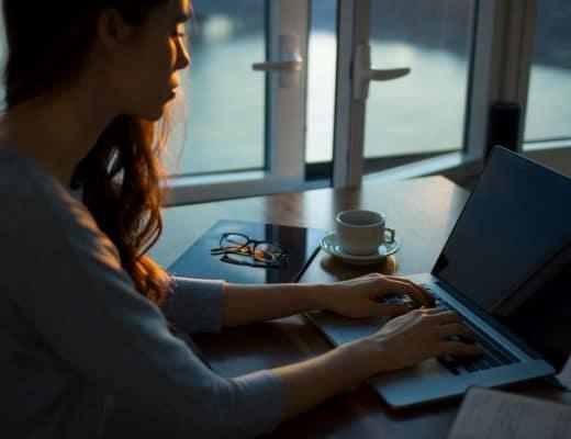 mulher a escrever no blog ao final do dia