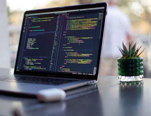 aprender a programar com computador aberto em linhas de codigo