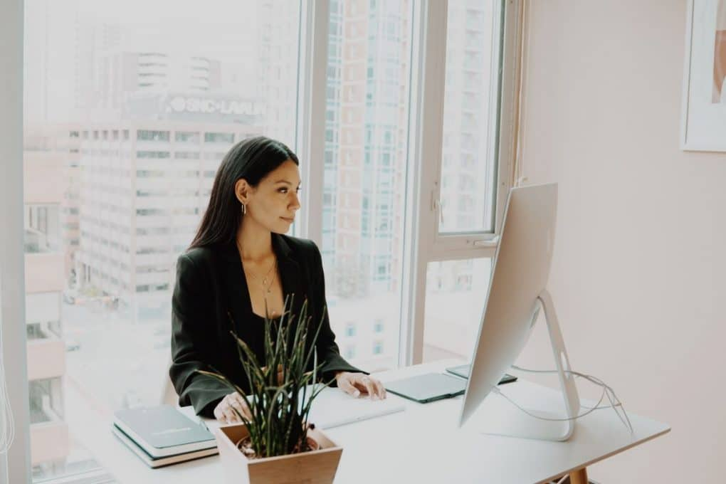 mulher de fato a criar a sua presença digital profissional