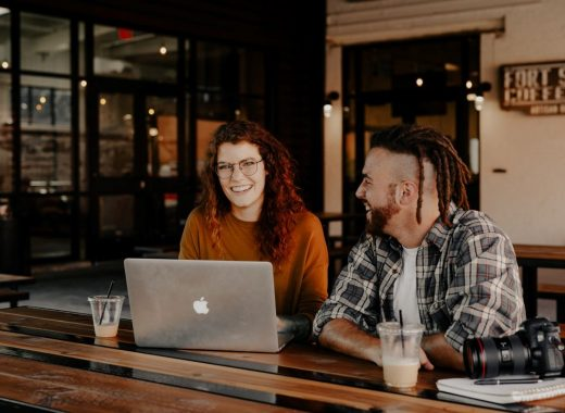 dois profissionais a conversar sobre a estrategia add value first