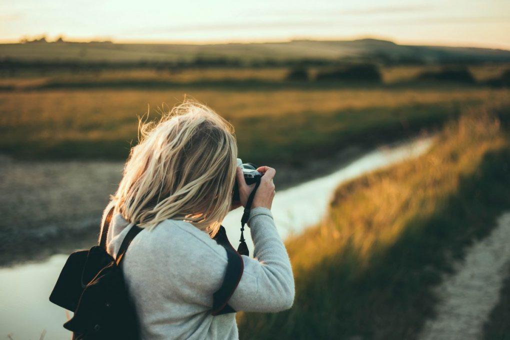 fotografa profissional a trabalhar na sua presença digital