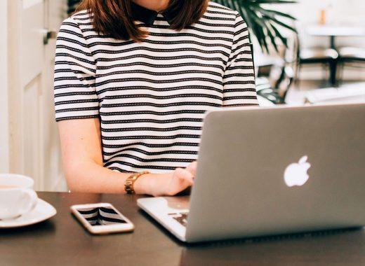 marketeer a utilizar ferramentas para pesquisar keywords no computador