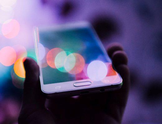 pessoa a pegar em smartphone marketing digital
