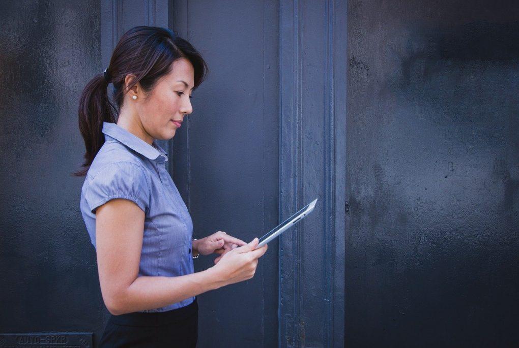 mulher a trabalhar no tablet para ser bom comunicador