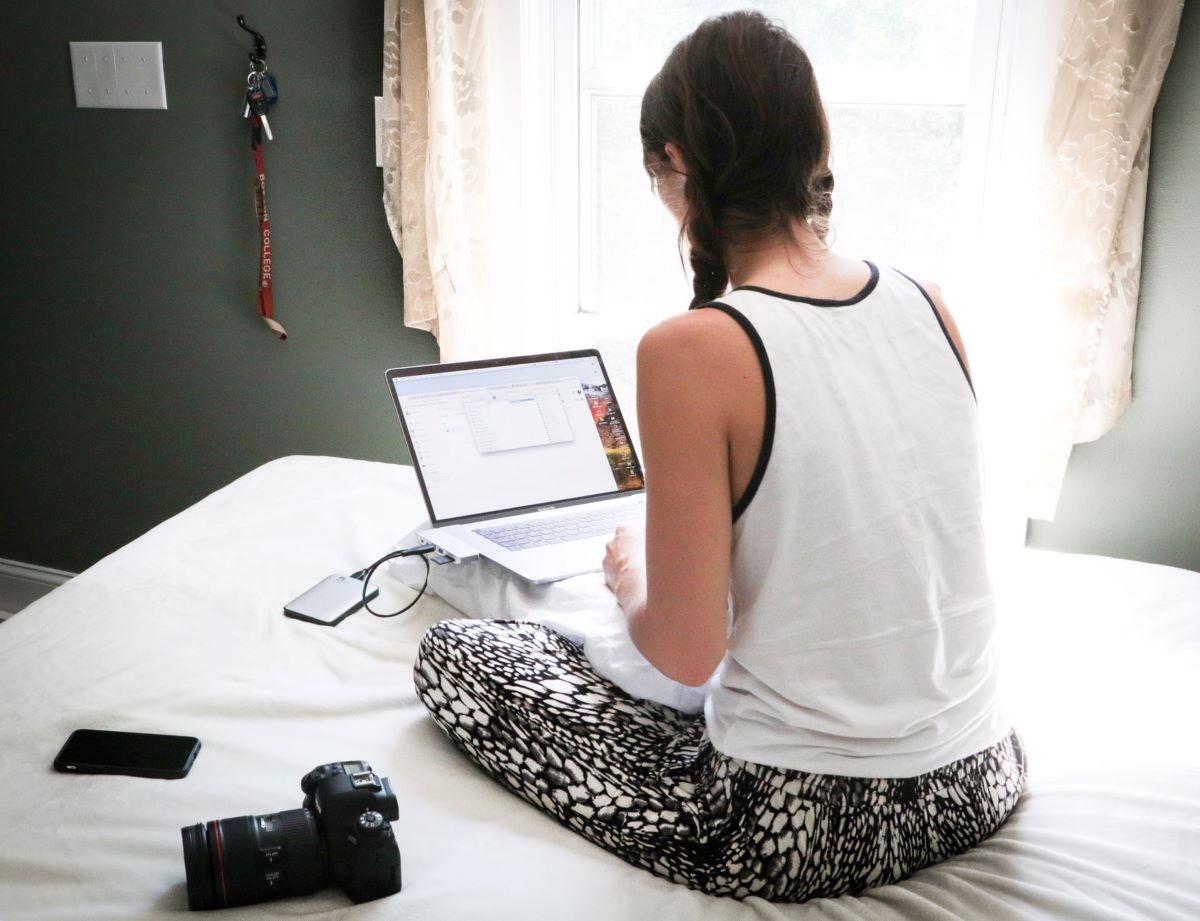 pessoa no computador a ler o livro o meu mba