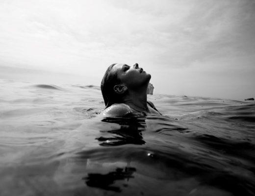 rapariga no mar a lidar com um mau dia